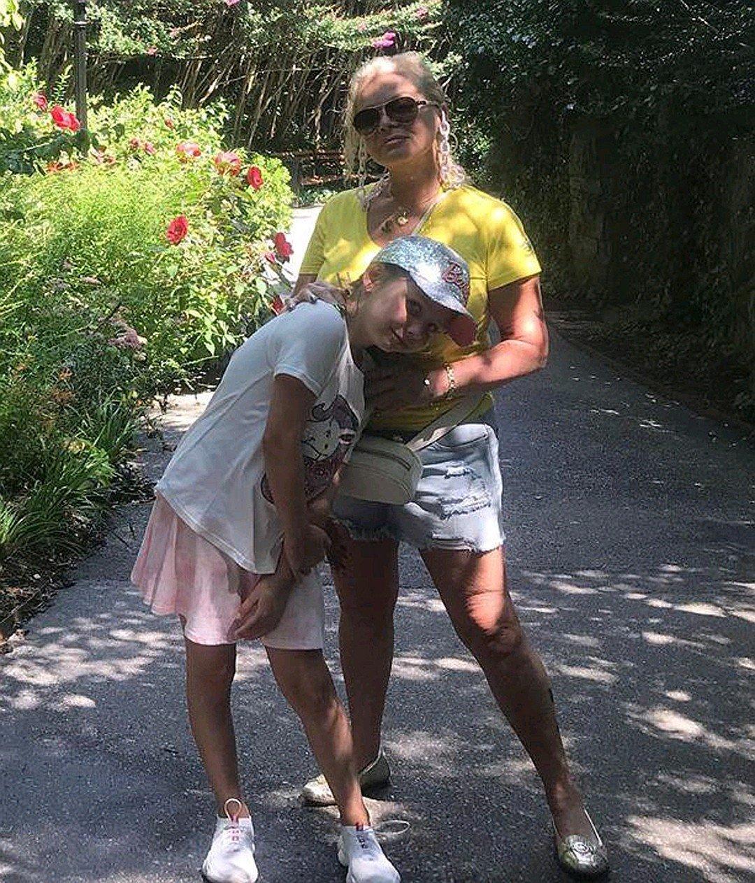 Cтильно, модно, молодежно: Лариса Долина в джинсовых мини-шортах гуляет с семьей