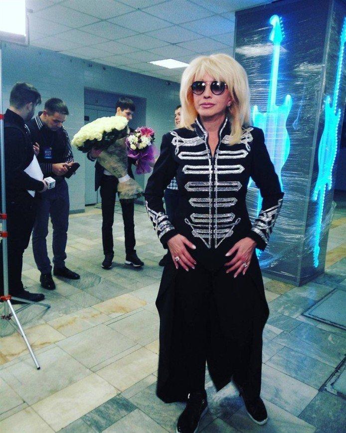 «Что за мундир?»: Ирина Аллегрова удивила своим образом на «Песне года»
