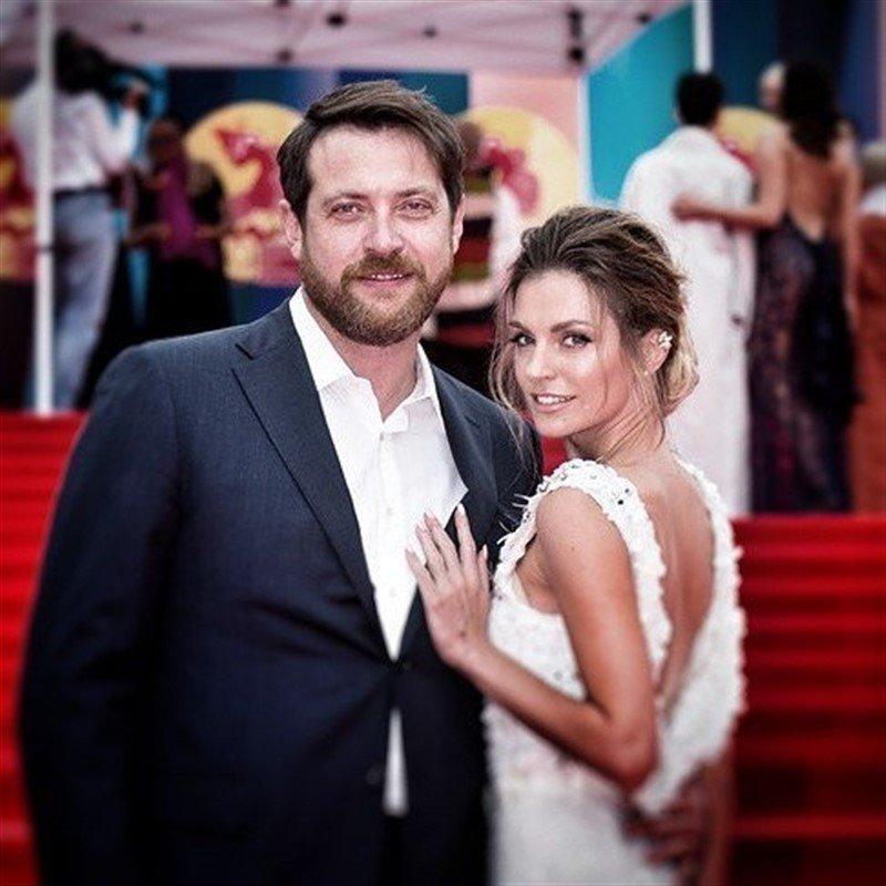 «Как-то жутковато»: Саша Савельева с мужем снялись в необычной фотосессии