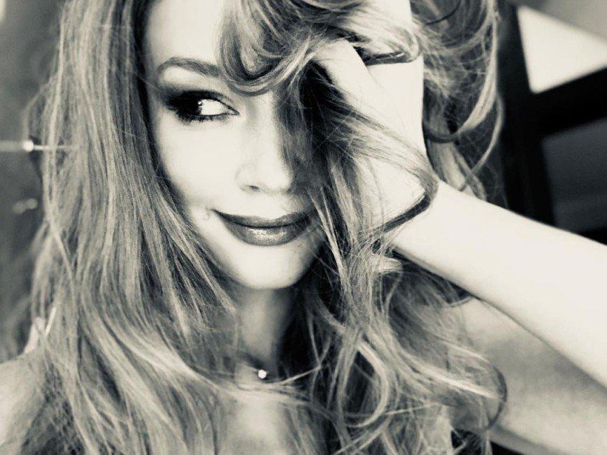 «Хрупкая статуэтка»: Светлана Ходченкова восхитила публику снимком в бикини