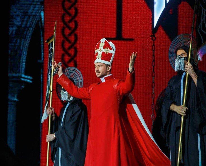 «Это перебор»: Сергей Лазарев предстал перед зрителями в костюме Папы Римского