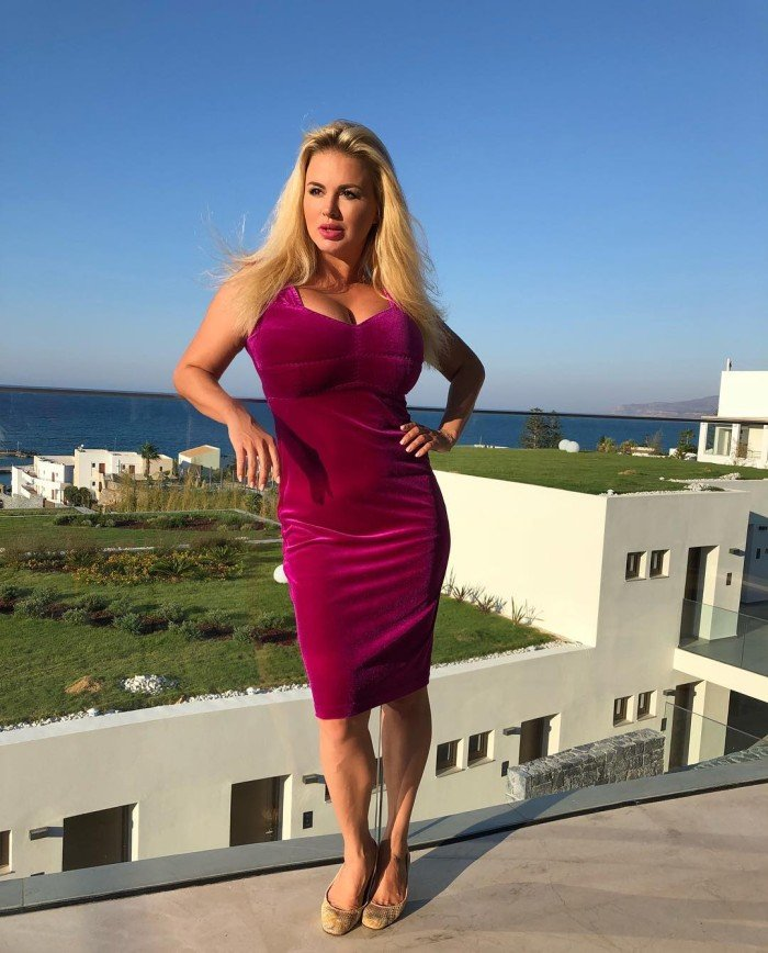 Велюровое платье Анны Семенович вызвало недоумение