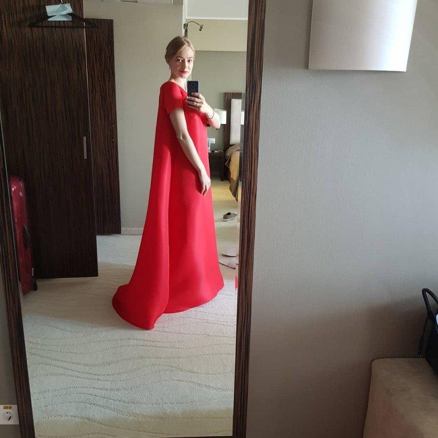 «Нам не понять»: Оксана Акиньшина пришла на «Кинотавр» в балахоне