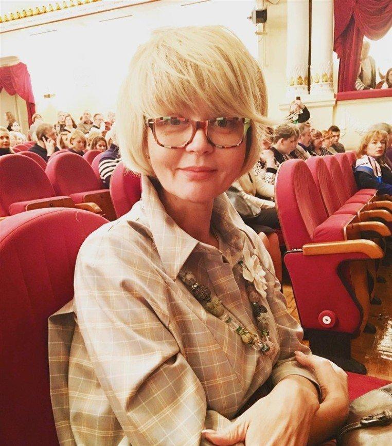 «Очень скучный образ»: поклонникам показалось неудачным фото Юлии Меньшовой в театре