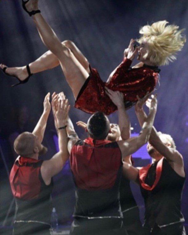 Команда Полины Гагариной устроила ей сюрпризы на концерте
