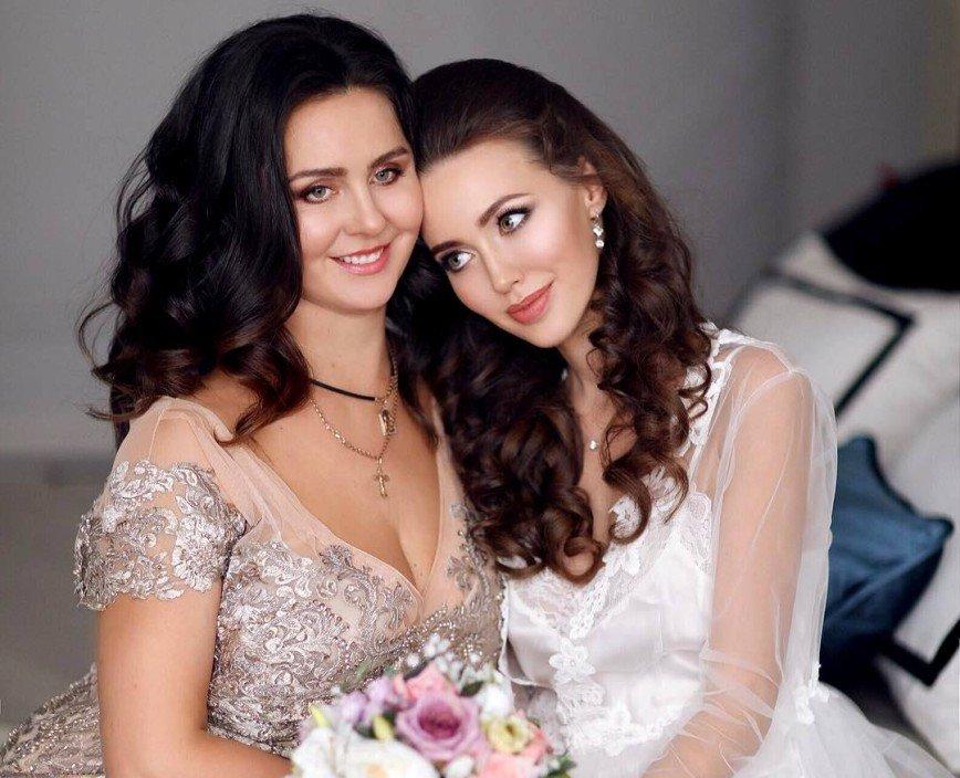 «Как сестры»: мама Анастасии Костенко в купальнике затмила дочь