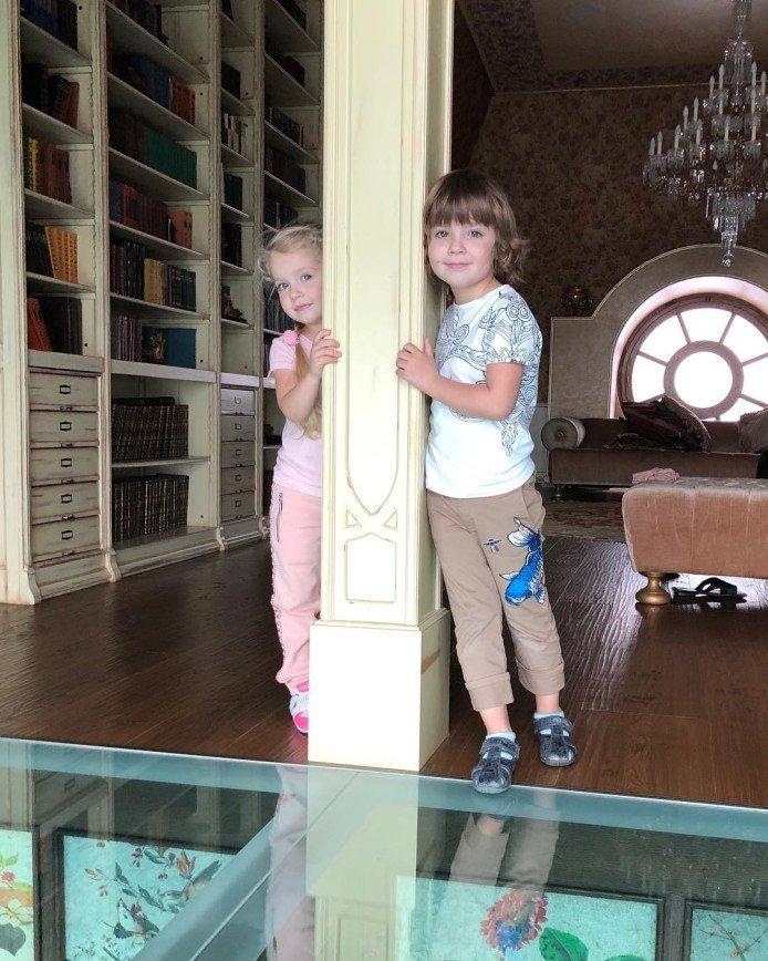 Максим Галкин опубликовал снимок заметно повзрослевших Гарри и Лизы