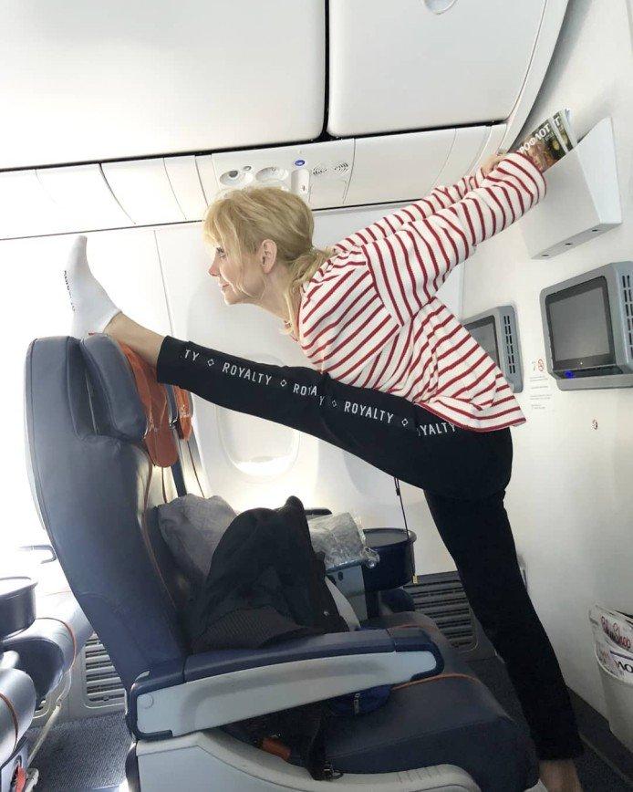 «Какая необходимость?»: в Сети сочли неуместной растяжку Валерии в самолете