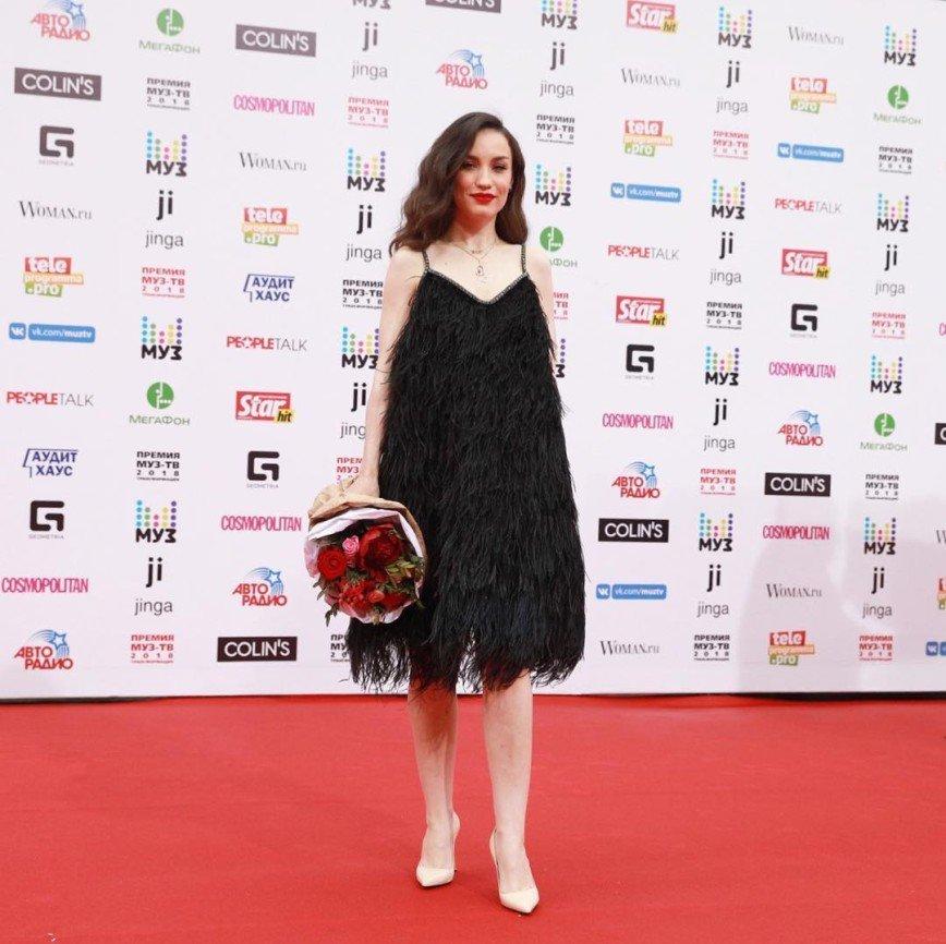 «Сколько страусов загублено»: Дайнеко появилась на премии «Муз-ТВ» в необычном платье