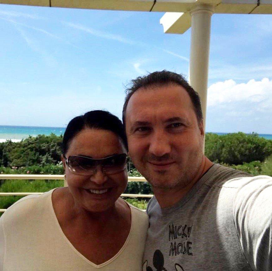 «Больше спутника напоминает»: Надежда Бабкина отдыхает с сыном в Италии
