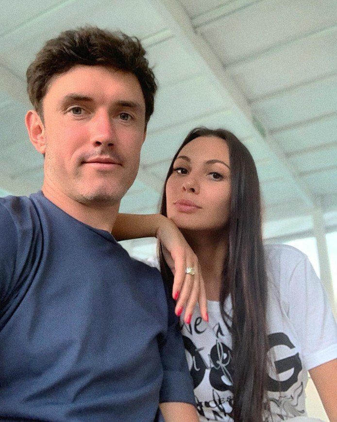 Инна и Юрий Жирковы впервые отправились в романтическое путешествие без детей: И вот спустя 12 лет Юрий и Инна все же решились отправиться в путешествие на Мальдивы вдвоем, потому что у