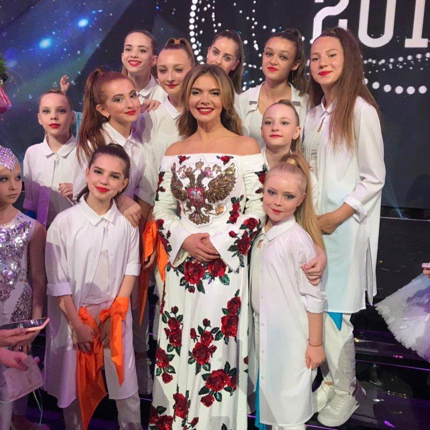 «Безвкусица за миллион?»: Алина Кабаева вышла в свет в платье с гербом на груди