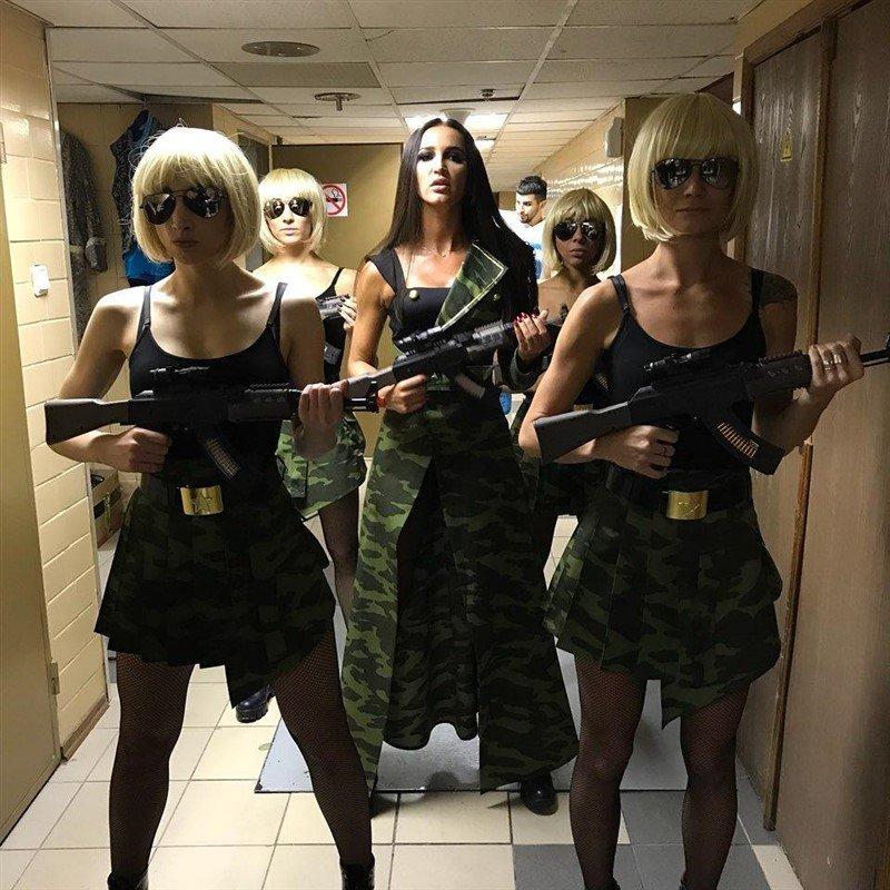 «С кем воевать собралась?»: Ольга Бузова в стиле милитари произвела фурор в «Олимпийском»