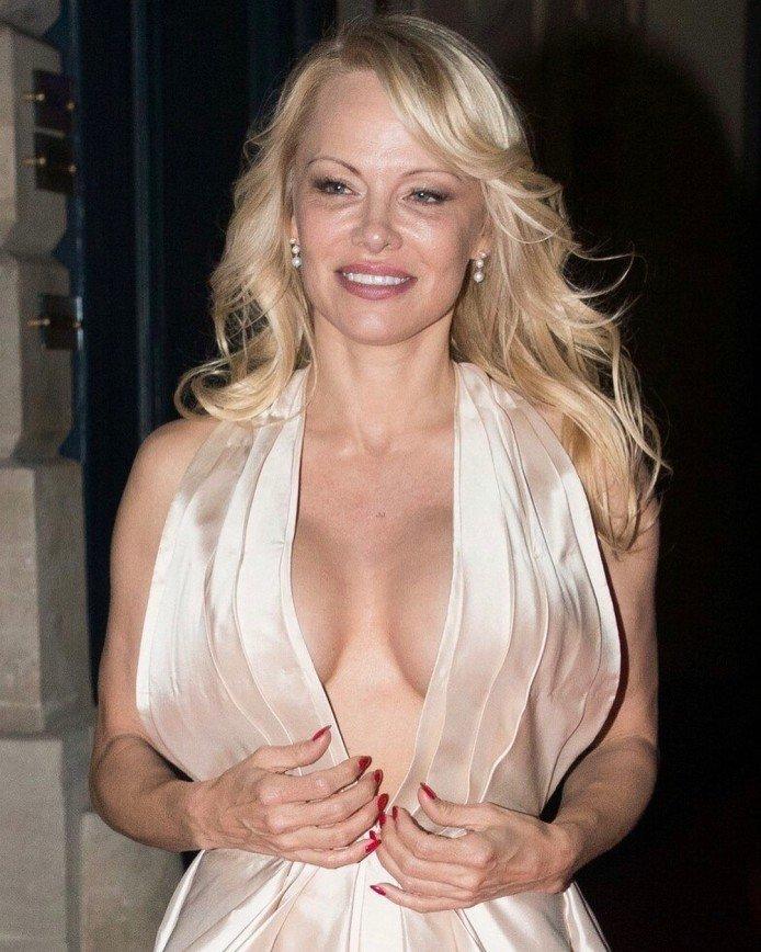 «От прежней только грудь осталась»: в Сети обсудили снимки Памелы Андерсон