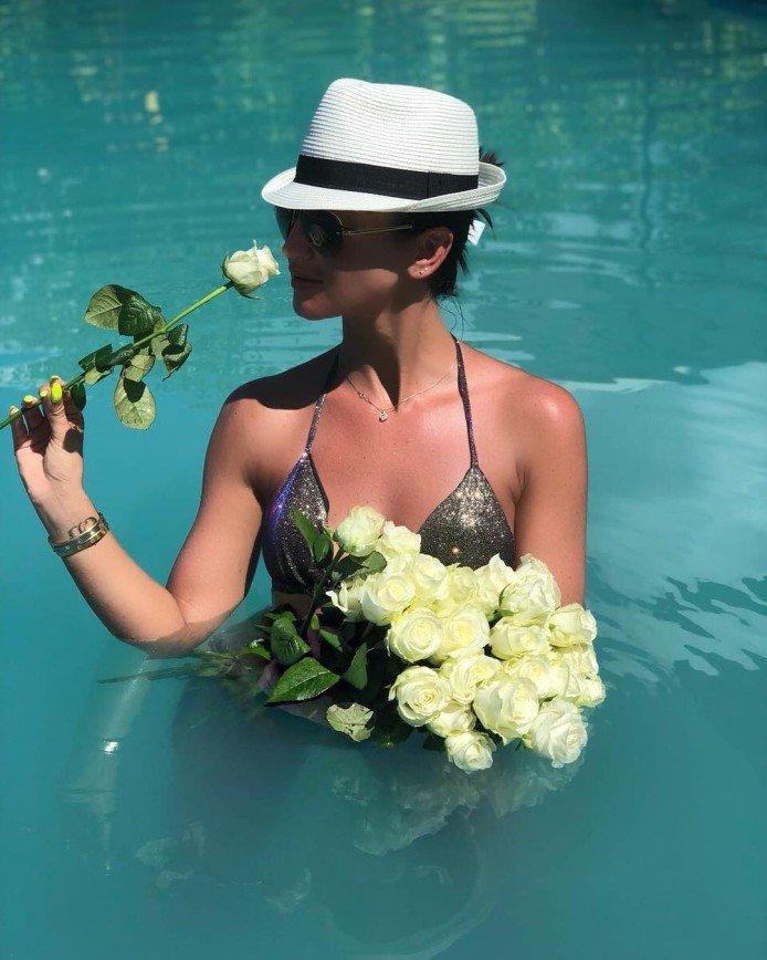 «Сама себе доставку делает»: Ольга Бузова получила букет прямо в бассейне