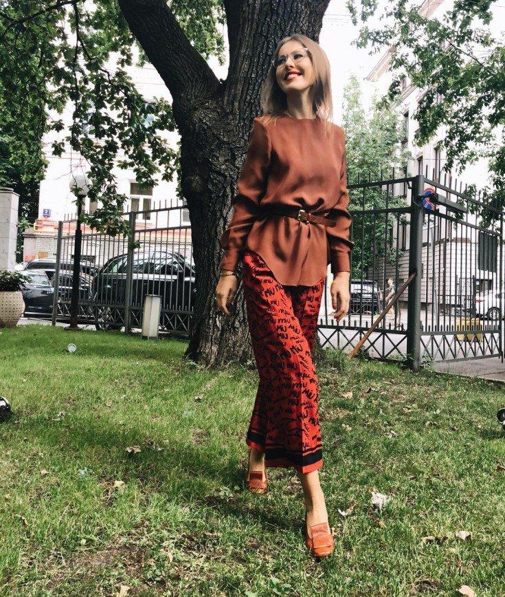 «Красота в простоте»: похудевшая Ксения Собчак вышла в свет в футболке и джинсах