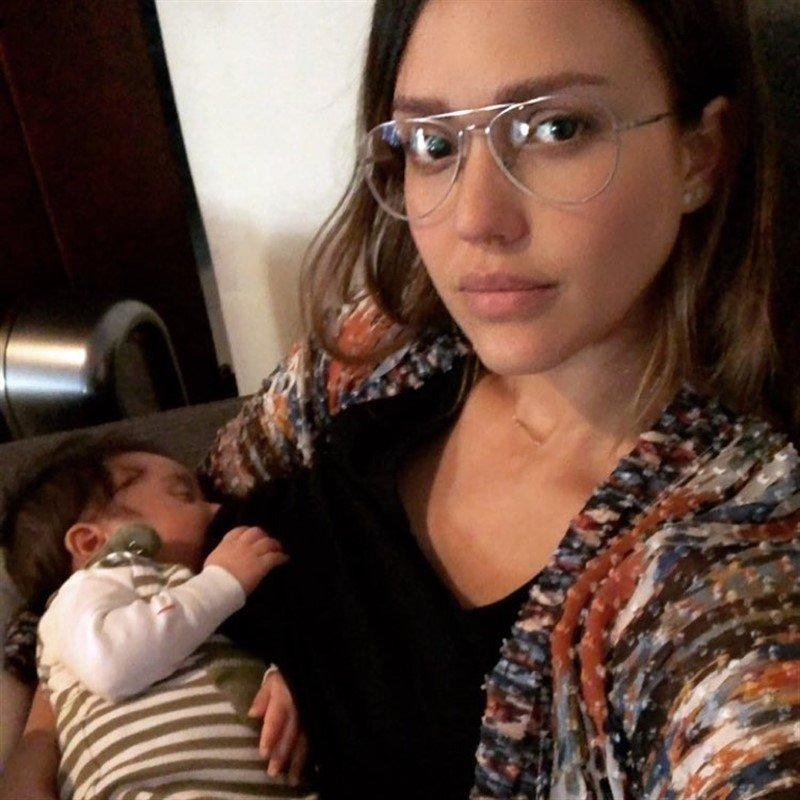 «Узнаю себя после родов»: папарацци застали врасплох Джессику Альбу
