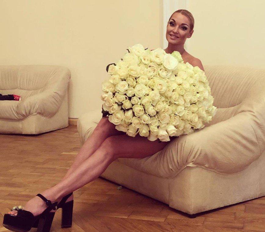 Анастасия Волочкова рассказала о планах на будущее, прикрыв наготу букетом