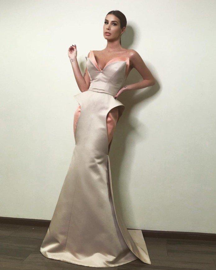 Кети Топурия подчеркнула декольте экстравагантным платьем