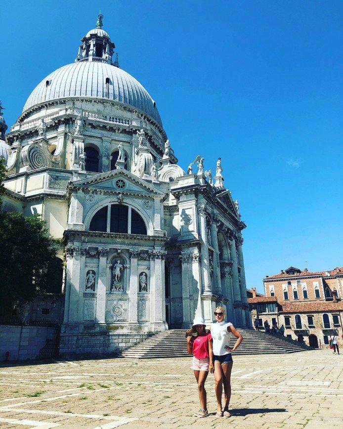 «Как сестренки»: Дана Борисова с дочкой наслаждаются отдыхом в Венеции