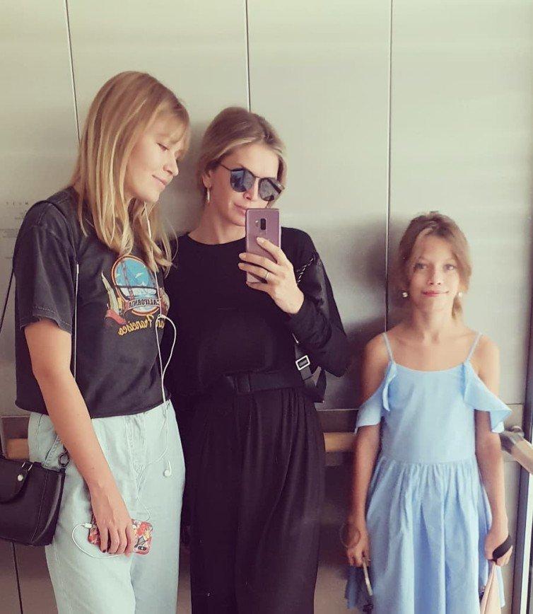 Генетика в деле: Вера Брежнева показала фото с подросшими дочками
