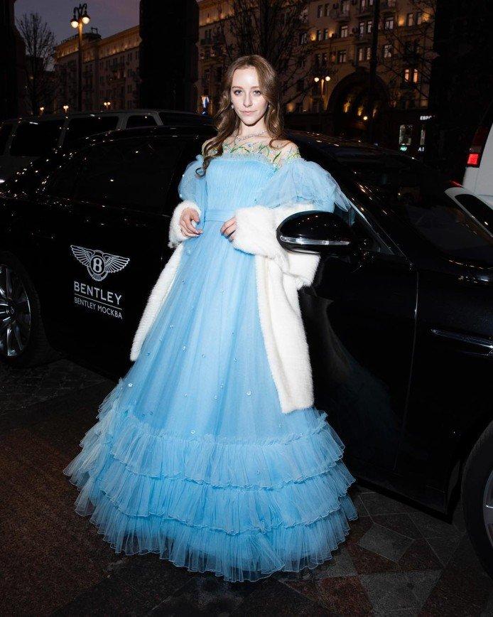 16-летняя Ева Лепс дебютировала на балу Tatler в нежном платье небесного цвета