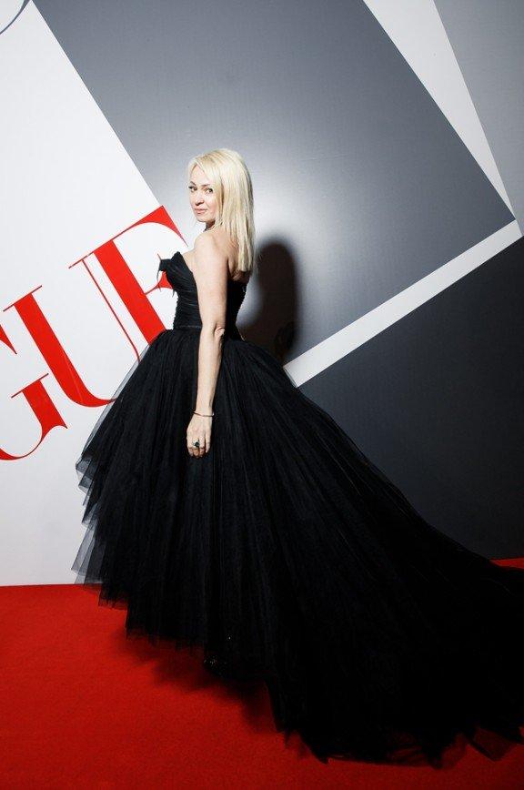 Яна Рудковская появилась на вечеринке Vogue в образе черного лебедя