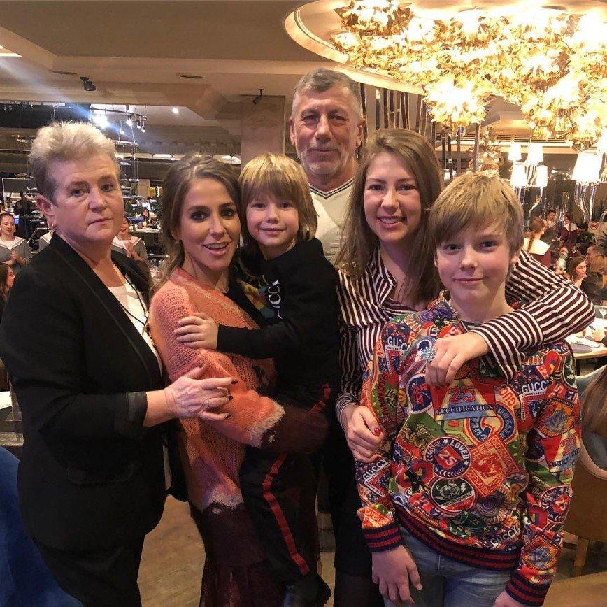 Юлия Барановская показала семейное фото с мамой и папой