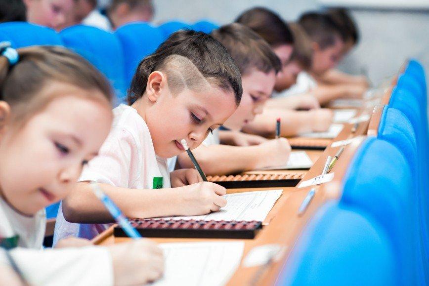 В Москве пройдут соревнования среди юных гениев арифметики: 3а 8 минут им предстоит решить более 200 примеров разной степени сложности. Сложить за секунды несколько трехзначных чисел, вычесть квадратный