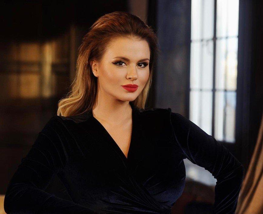 «С горячительными перебрали?»: Анну Семенович просят убрать ноги со стола