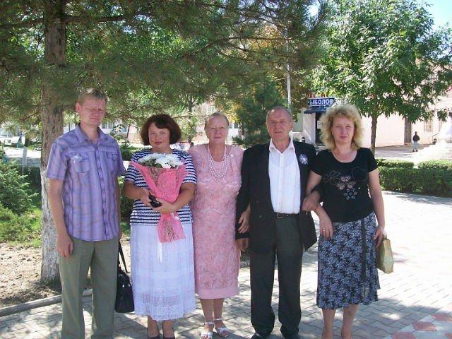 Автор: fb129062088042049, Фотозал: Моя семья, Мой сын слева Александр,невестка Светлана ,я Надежда  Александровна,мой муж Алексей Сергеевичь,дочь Наталия.