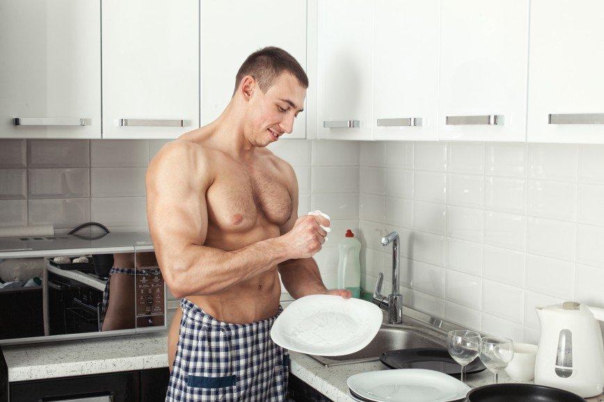 Не мужское это дело: как мытье посуды превратилось в подвиг и почему это никакая не помощь