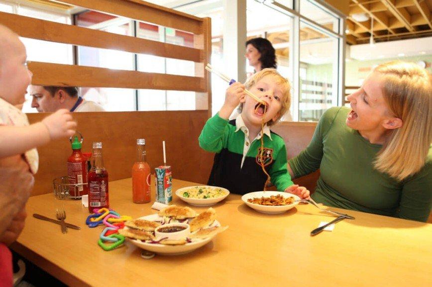 Вон из ресторана: почему взрослые так нетерпимы к чужим детям