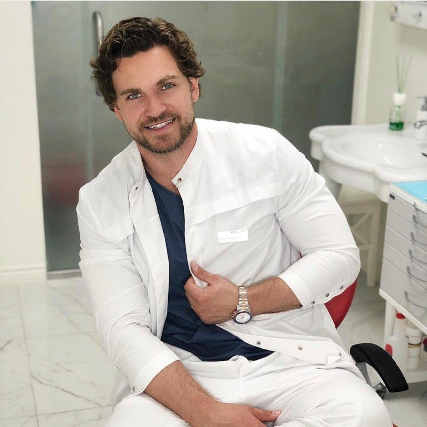 Самый красивый стоматолог России Глеб Пекли: почему улыбка стоит как автомобиль и возможно ли отбеливание без боли