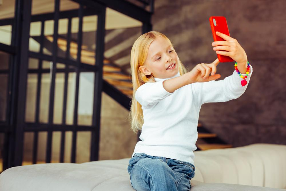 Стоит ли публиковать в соцсетях снимки ребенка: отвечают эксперт компании Avast и психолог