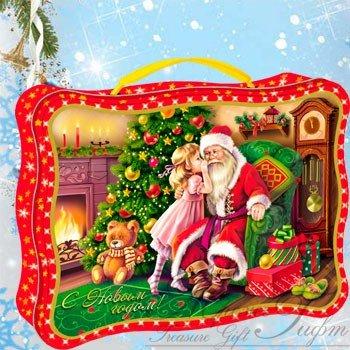 Чемодан Загадай желание (Вес 1200 гр., цена 900 р.) Новогодний подарок Чемодан Загадай желание (Вес 1200 гр., цена 900 руб.)  Хотите встретиться с Дедушкой Морозом и поведать ему о самом сокровенном своем желании? Он давно уже ждет Вас! Расположился у камина, около наряженной ёлочки. Сегодня же Новый Год и сбываются все мечты! Яркая, оригинальная, жестяная упаковка в виде чемоданчика и 1200 гр. вкуснейших конфет. С Новым Годом!