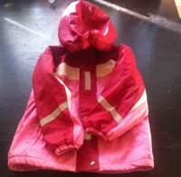 идеальная куртка на холодную осень. Непромокаемая и очень уютная. Верх - резина (как Рукка) подкладка флис. Размер 110-116, но можно носить и со 104, рукав на резинке. Состояние нормальное, цена 400 руб.