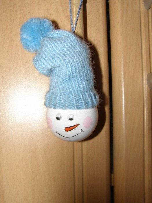 Наша новогодняя поделка на конкурс елочной игрушки. Акриловыми красками нарисовали снеговичка, я связала шапочку и сделала помпон.
