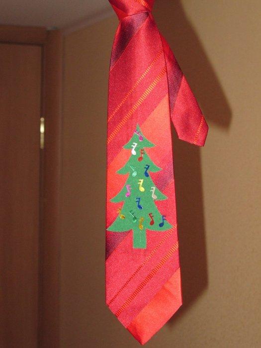 К конкурсу новогодней песни, поэтому елочку украшают нотки!