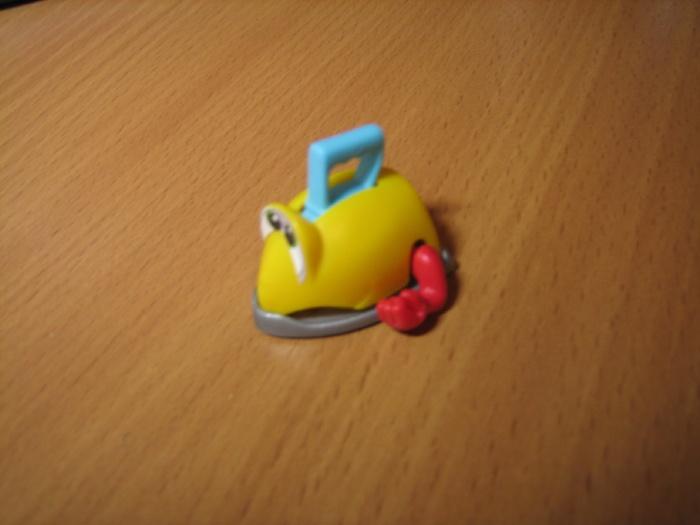 79. Крохотный пластмассовый игрушечный утюг с глазками и ручками