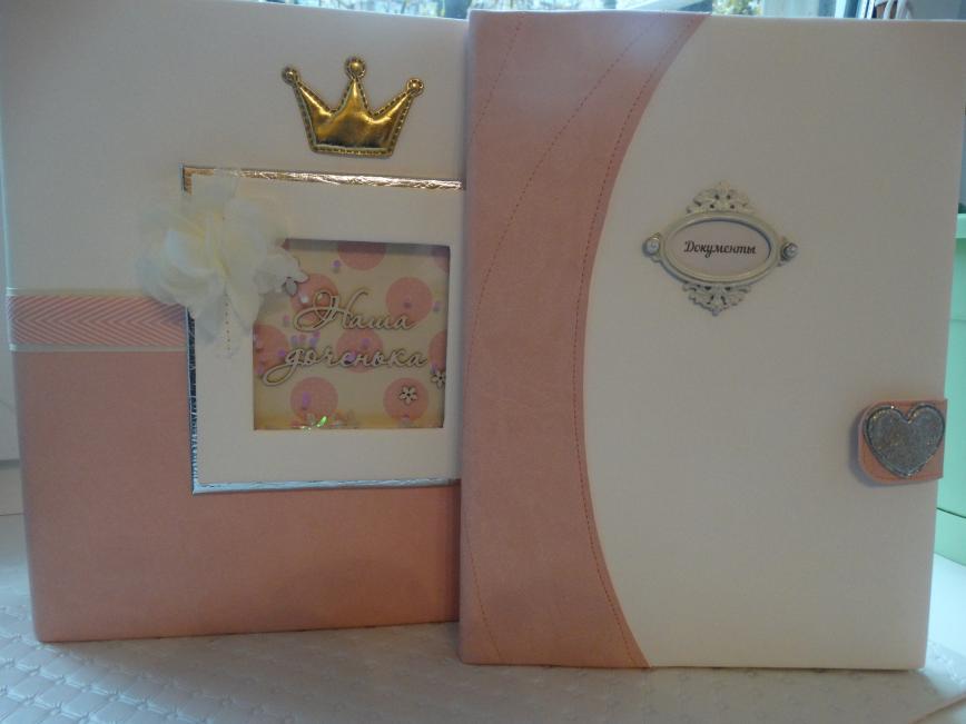 Подарочный набор для девочки - альбом до годика (12 страничек 25Х25) и папка для документов)