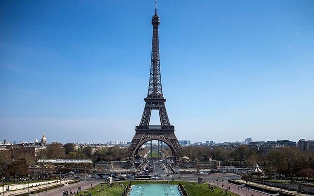 На Эйфелевой башне открыли этаж со стеклянным полом