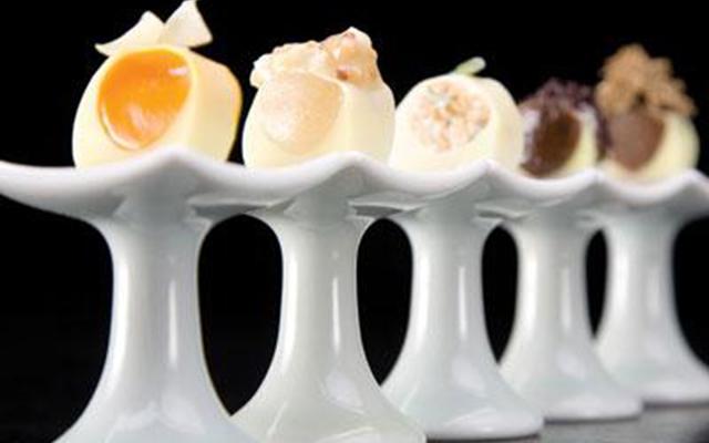 Самые красивые ресторанные блюда мира: [b]«Пальмовая сердцевина»[/b] Ресторан Alinea (Чикаго, США) Грант Ахатц, шеф заведения и лучший молодой шеф-повар 2002 года по версии Food &