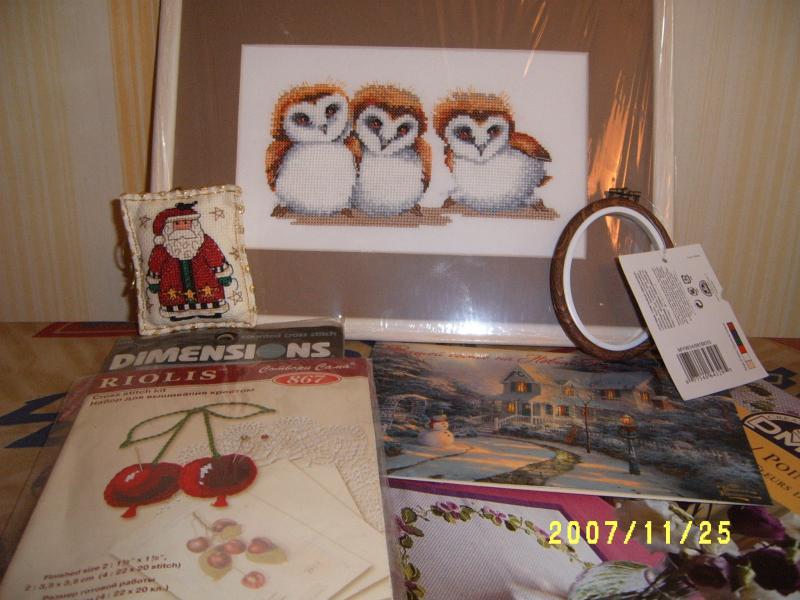 Мой подарок в ОП-9 для Мамы Вовуси. Совята - подарок действительно от души, потому что действительно мне самой очень нравятся, и оформились удачно, на мой взгляд. Затем маленькая новогодняя игрушечка с дедом морозом, можно на елку повесить, два наборчик - игольница Вишенки риолисовская и Дим - Эйфелева башня (Наташа писала в предпочтениях, что ей нравится французская, или парижская, тематика). Еще буклетик ДМС, рамочка для вышивки и открытка с картиной Кинкейда :) Надеюсь, понравился :)