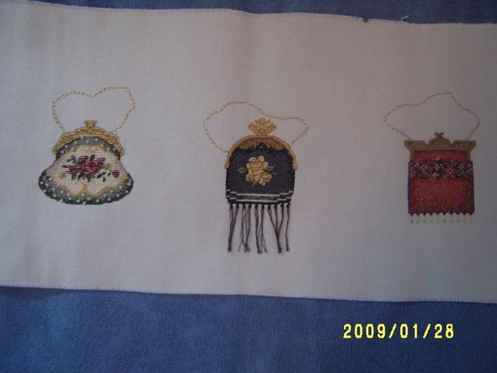 А это сумочки Bucilla, вышивала по набору, которым меня одарила Маша-Малинка в не помню каком по счету обмене подарками! Спасибо, Маша!!!!