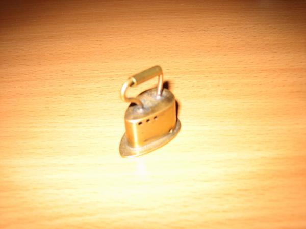 2. Маленький-маленький сувенирный утюжок. Длина 3 см