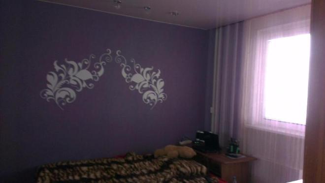 сиреневая стена, диван только пока не заменила