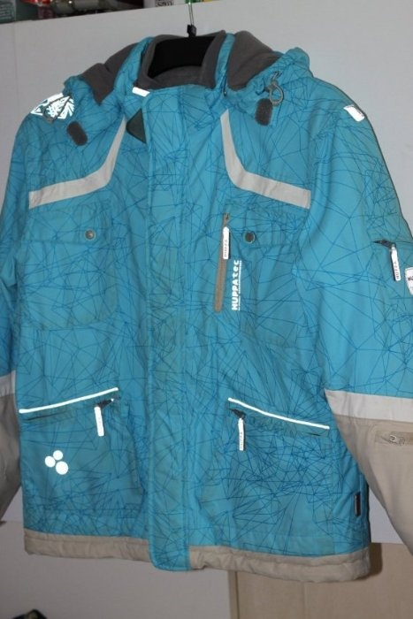 Куртка Хуппа р.170 сноуборд коллекция зимы 2009 с флисовой подстежкой (на рост 152-158-на 164 впритык) б/у. Есть на внутр. стороне рукава порез 2см, зашито в ателье аккуратно. Цена 1500р  На самом деле затертостей таких сильных нет, это высветлила вспышка