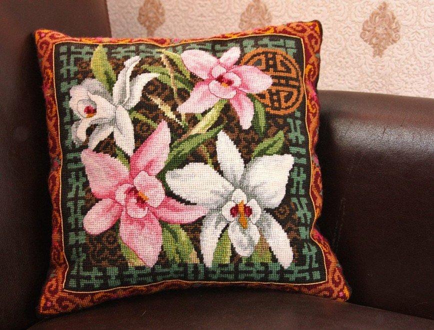 """Автор: Tоmcat, Фотозал: Мое хобби, Dimensions 12171, Коллаж из орхидей (Orchid Collage) Первый опыт гобелена. Как обычно, рисунок съехавший, но справилась. Даже понравилось :)) Надо вышить еще один гобелен и отправить оба на пошив к портнихе. На фото """"сырец"""" подушки :)"""