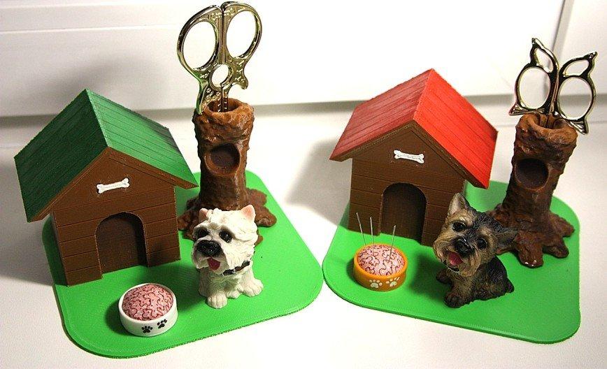 Автор: Tоmcat, Фотозал: Мое хобби, Домики для рукодельниц: подставка для ножниц, игольница и шкатулочка либо для хранения шармиков/пуговок, либо для сброса остатков ниточек.  Крыша может быть зеленой или красной, миска белой или оранжевой. Собаки тоже бывают разные :)
